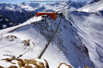 piesza kladka wisząca nad trasami narciarskimi w regionie Ski Amade