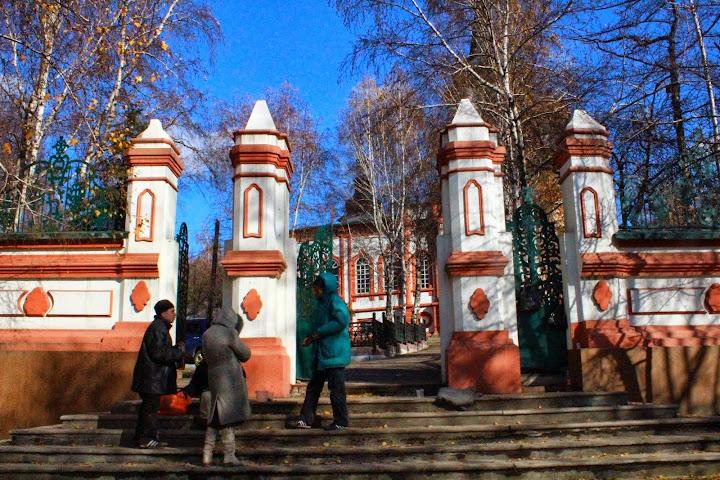 Raising of the Cross Church, Irkutsk, beggars