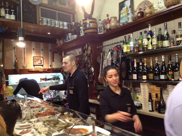 El Xampanyet tapas barı ortamı, Barselona
