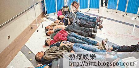 恐襲後當地醫院地面擺放多具遇害者遺體,有死者女親友失聲痛哭。(互聯網圖片)