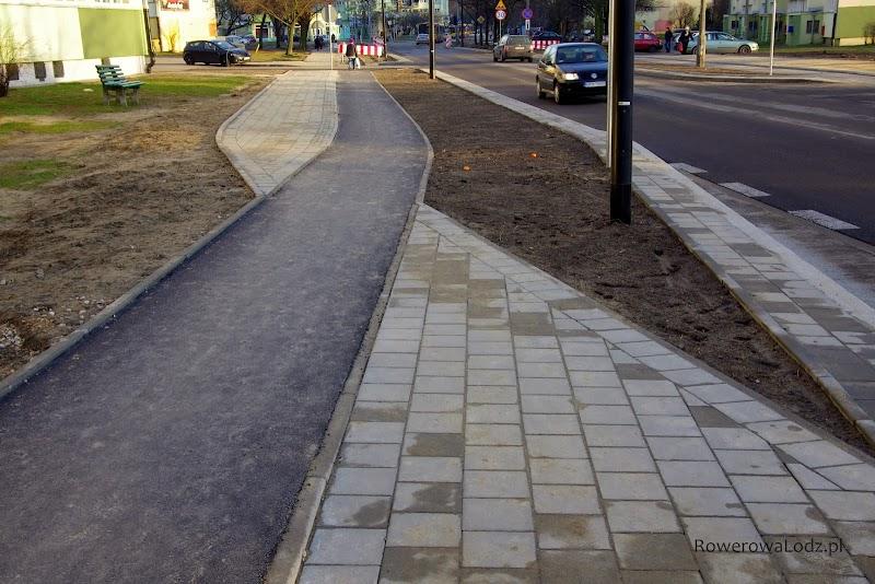 A już kompletnie niezrozumiały jest taki przebieg chodnika - tędy mają chodzić piesi?