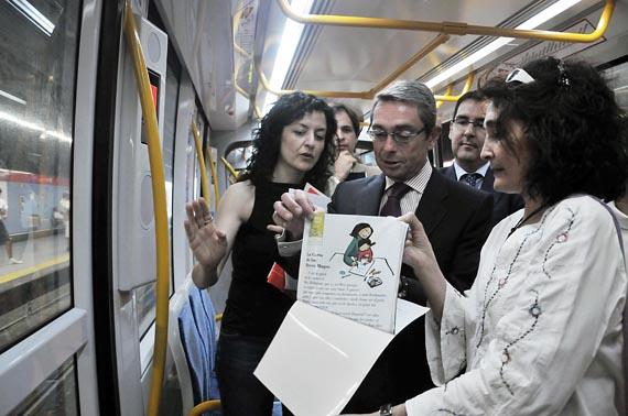 'Libros a la calle' promociona la lectura en el transporte público de la región