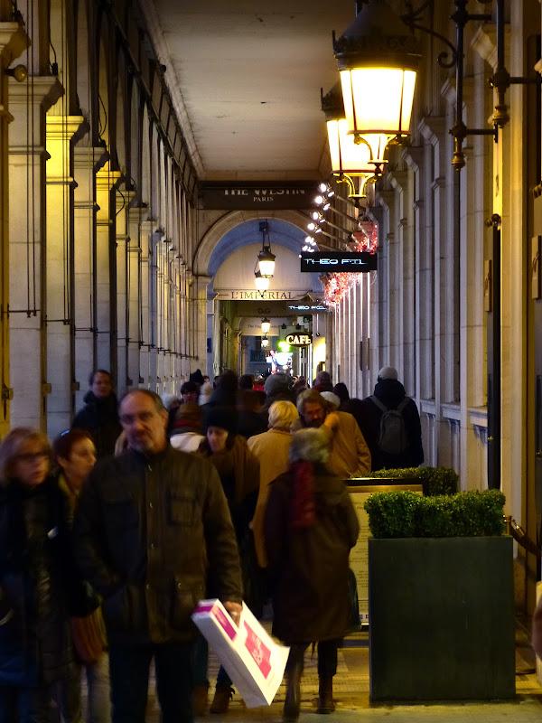 scènes de rue dans quartier huppé de Paris P1020083