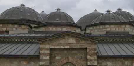 Einst größte türkische Badeanlage auf dem Balkan, heute Kunstgalerie: der Daut-Pasha-Hamam in Skopje, Mazedonien