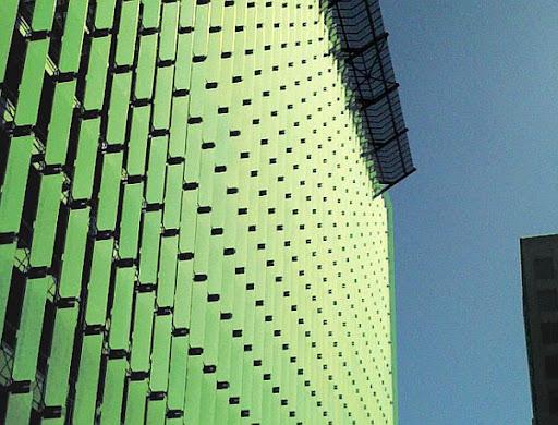 Fachada de Edificio que Genera Energía Solar y Biofiltra Agua