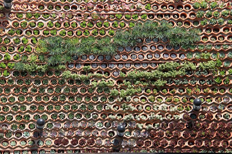 Jardín vertical de botelleros cerámicos