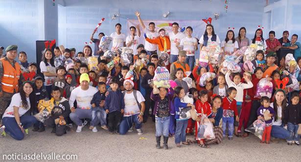 Grupo de jóvenes llevan alegría a los mas pequeños