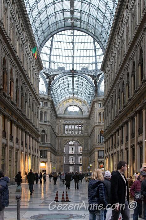 Napoli'deki Galleria Umberto I'in içinde