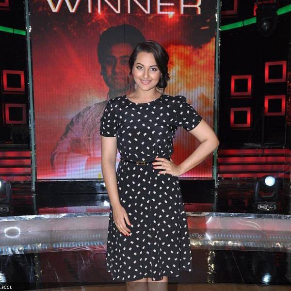 Actress Sonakshi Sinha poses for the camera during the grand finale of the cookery show Master Chef Season 3, held in Mumbai. (Pic: Viral Bhayani)<br />