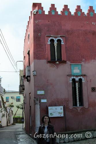 Anacapri'de Casa Rosso önünde