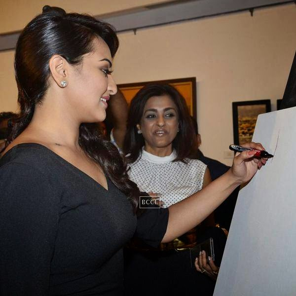 Sonakshi Sinha poses during a tribute to artist Prafula Dhanukar, held at Jehangir Art Gallery. (Pic: Viral Bhayani)<br /> <br />