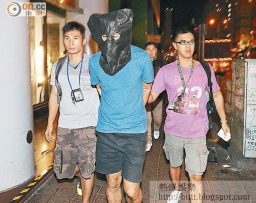 疑犯被黑布蒙頭帶署調查。