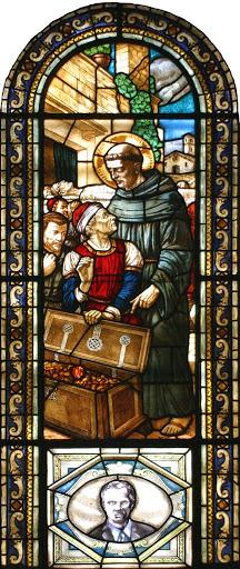 La vetrata del miracolo di Sant'Antonio e in basso il ritratto di p. Sergio Sorgon