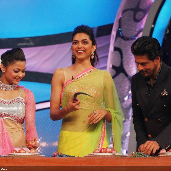 Shah Rukh Khan and Deepika Padukone participate in the onion cutting competition during the promotion of the movie Chennai Express, on the sets of dance reality show DID Super Moms, in Mumbai, on July 3, 2013. (Pic: Viral Bhayani)