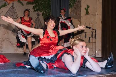 Die Tänzerinnen im Saloon begeisterten mit einem flotten Cancan.