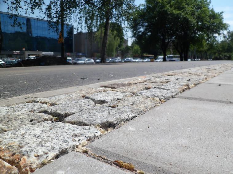 Kostka pomiędzy DDR a chodnikiem - płaska na całym odcinku. Jest zmiana powierzchni, ale nie ma zmiany wysokości.