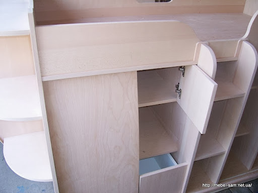 ящики и полки в корпусе кровати