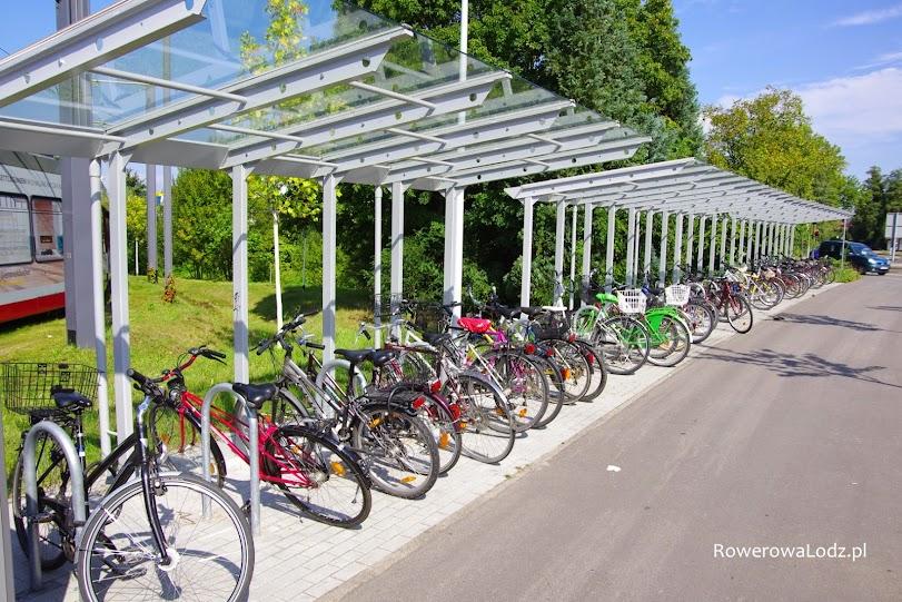 Dla komfortu pozostawiających rowery, całość parkingu zadaszona.