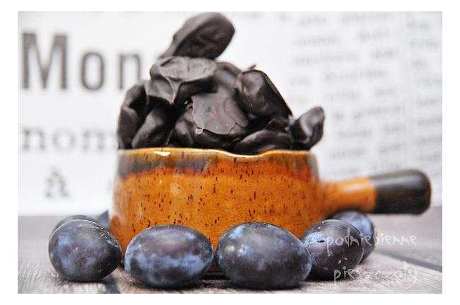 Domowe, suszone śliwki w gorzkiej czekoladzie
