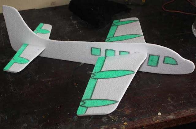Rakit bagian-bagian pesawat, akhirnya jadi deh main layang