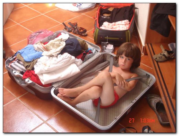 Ребёнок в чемодане или как экономят туристы