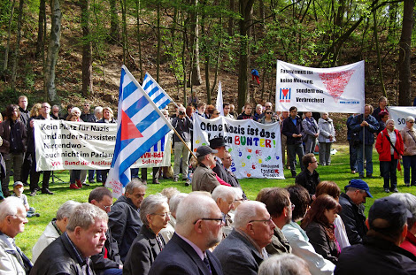 Teilnehmer der Gedenkfeier mit VVN-Fahnen und Transparenten: »Faschismus ist keine Meinung, sondern ein Verbrechen!«, »Ohne Nazis ist das Leben bunter!«, »Kein Platz für Nazis und andere Rassisten. Nirgendwo – auch nicht im Parlament!«.