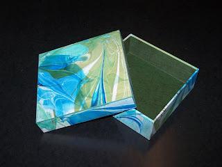 Gefügte Schachtel mit feinem grünen Gewebefälzchen, mit Marmorpapier aus Eigenproduktion überzogen und mit Elefantenhaut in dunkelgrün ausgefüttert