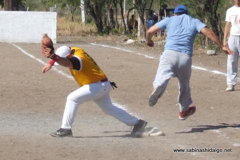 Jugada en primera en el torneo de softbol del Club Sertoma