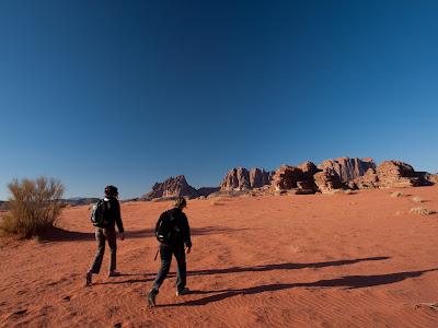 La Sílvia i la Natalie caminant pel desert