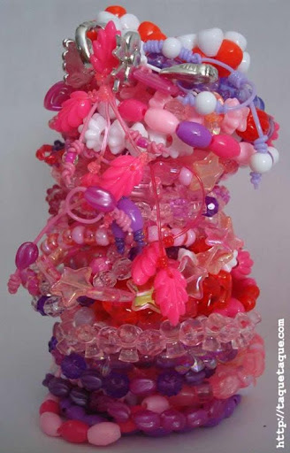 44 pulseritas más para Candela con el set de abalorios de Hello Kitty. En total: 50!!!