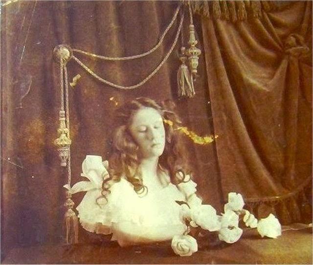 Menina morta em foto do século XIX