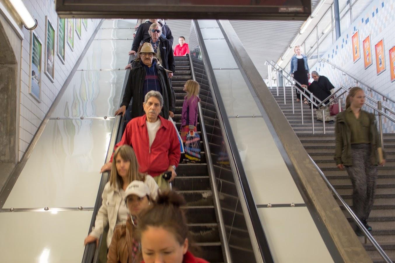 Ung dam som står på fel sida i rulltrappan - eller är det så att att alla andra står fel?