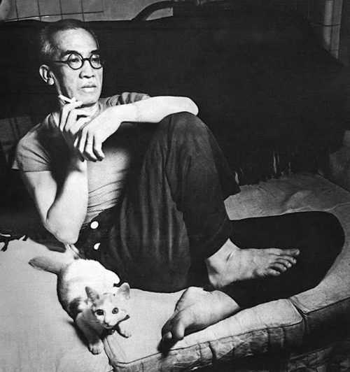 Leonard Foujita and a cat on cushions