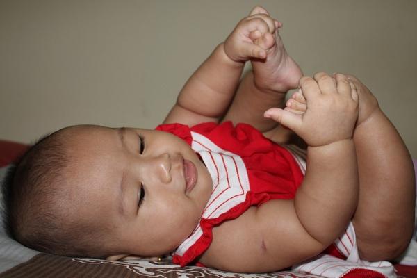 Bayi Memegang Kaki