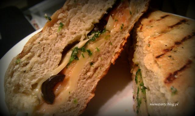 grillowane kanapki z łososiem, szpinakiem i oliwkami