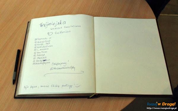 Grupa trójmiejskich twitterian w księdze pamiątkowej