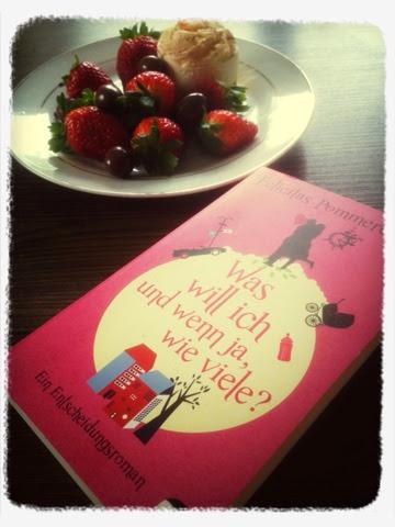 """Das Buch """"Was wil ich und wenn ja, wie viele?"""" mit pinkem Cover liegt auf dem Tisch vor einem Teller Erdbeeren und Schokolade"""
