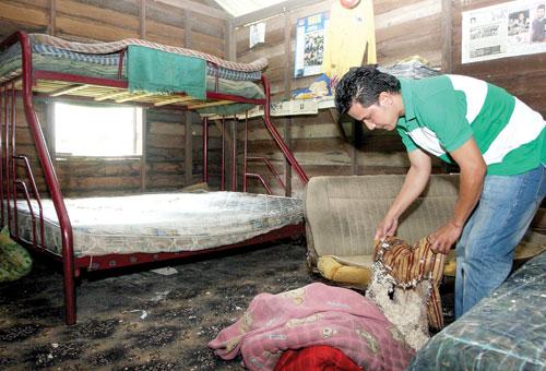 Mohd. Hamizi Hussin menunjukkan bantal yang rosak akibat terkena simbahan cecair dipercayai asid di Kampung Padang Merchang, Marang, semalam.