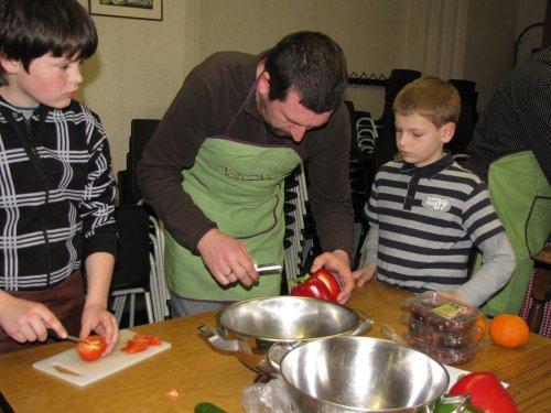 Johan legt uit hoe je paprika's aanpakt.