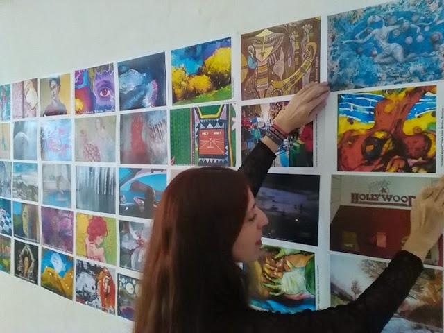 Gloria Morán instalando el Photocall
