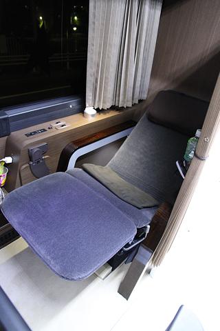 中国バス「ドリームスリーパー」 G1202 ゼログラビティシート フルリクライニング状態