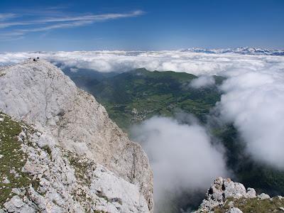 El cim i força per sota els pobles de la vall