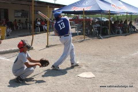 Martín González Espinosa bateando por SUTERM en el softbol del Club Sertoma
