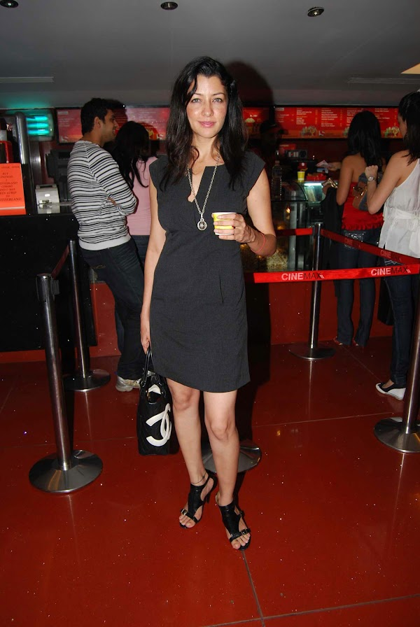 Aditi Govitrikar:actress0