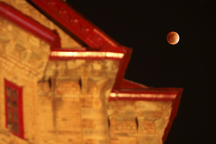 lunar eclipse,lunar eclipse pictures, pictures of Lunar Eclipse From Around The World, pictures of Lunar Eclipse