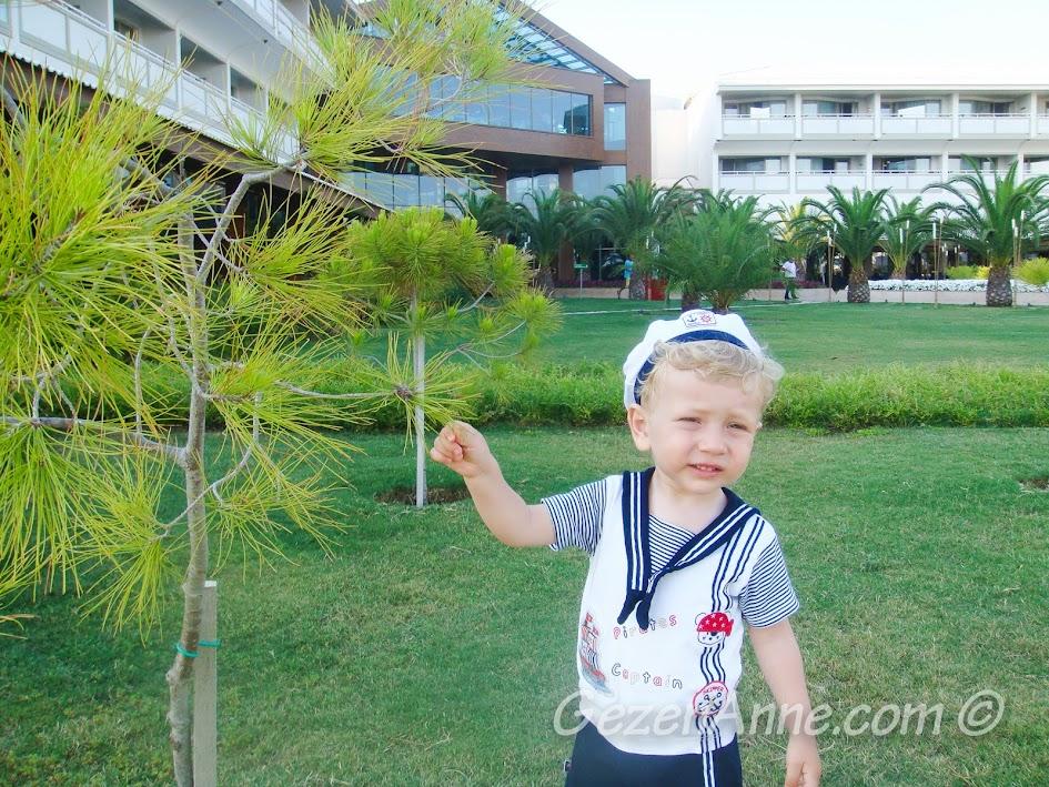 Hilton Dalaman Sarıgerme'de bahçede oynarken