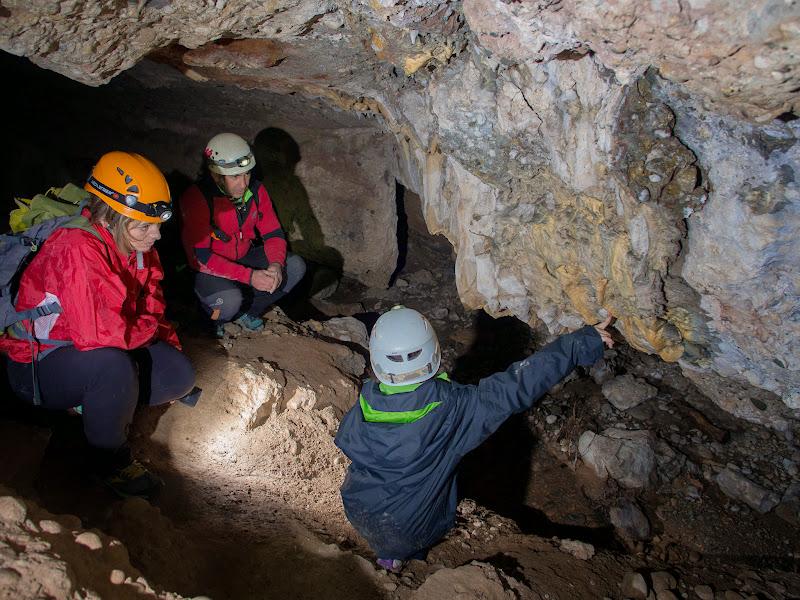 Observant els detalls a l'interior de la cova