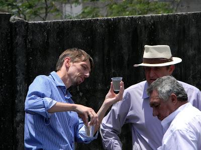 vice presidente da Tecop mostra a tranparencia da água que devovida à natureza depois que é utilizada no aguamento do produto.