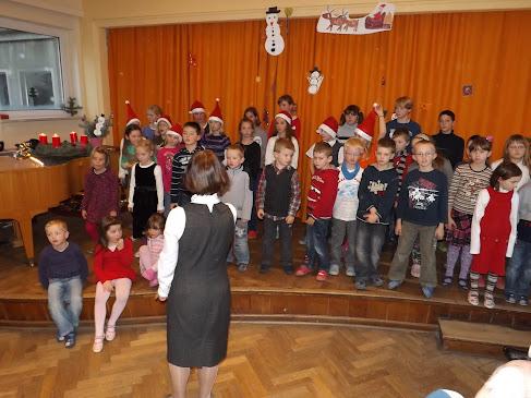 """""""Stille Nacht, heilige Nacht"""" in drei Sprachen, von allen gemeinsam gesungen. (Bild: A. Schwarze für © schuletantow.de)"""