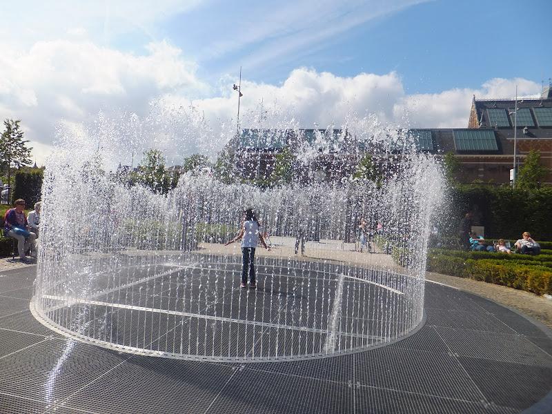 Juegos en la fuente en los jardines del RijksMuseum